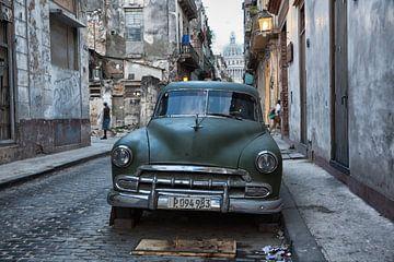 Oldtimer classic car in Cuba in het centrum van Havana. One2expose Wout kok Photography.  von
