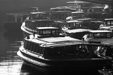 bateaux d'excursion en stationnement