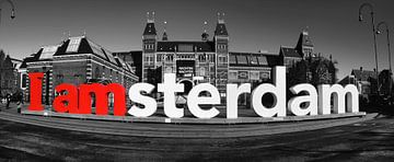 I Amsterdam bij het Rijksmuseum in Amsterdam in zwart wit van
