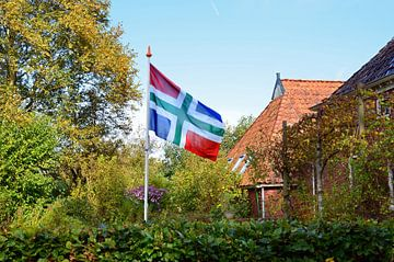 Flatterhafte Groningen-Fahne im Garten eines Bauernhofs in Zeerijp von Gert Bunt