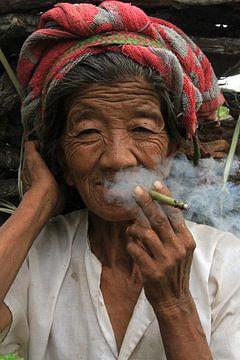 Vieille femme au Myanmar sur Gert-Jan Siesling