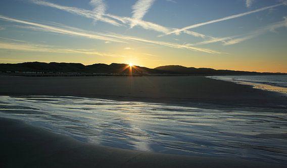 De zon komt op aan het strand van Zoutelande