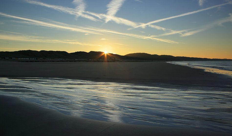 De zon komt op aan het strand van Zoutelande van MSP Photographics
