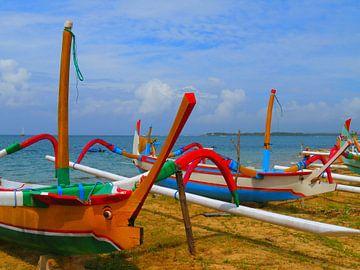 Grappige vissersboten in Bali van Thomas Zacharias