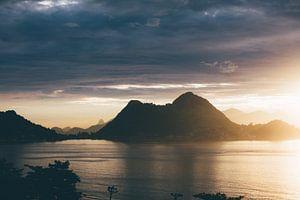 zonsondergang in de bergen aan zee