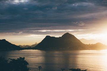 zonsondergang in de bergen aan zee van Stephan de Haas