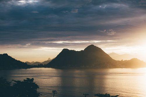 zonsondergang in de bergen aan zee van