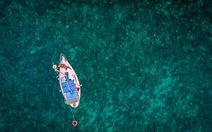 Zeilboot op doorzichtige zee van
