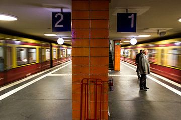 vertrekkende metro's underground van Erik Koks