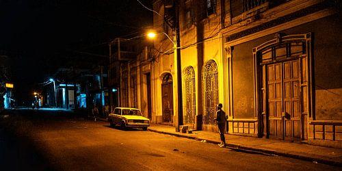 Sfeervolle foto van een donkere straat in Cuba.