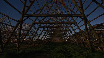 Steiger voor het drogen van stokvis 's nachts van Timon Schneider