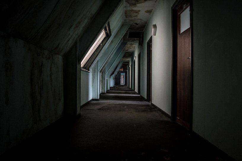 Decaying corridor von Mandy Winters