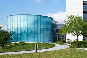 Glasfassade an einem Bauwerk im Wissenschaftshafen von Magdeburg von Heiko Kueverling