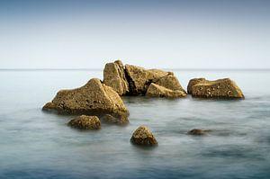 Rotsen in een kalme zee