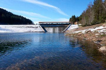 Stuwdam bij de Nagoldtalsperre in de winter onder een blauwe hemel van creativcontent