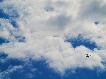 Hollandse lucht met vliegtuig van Martijn Wit