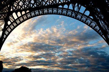 Onder de Eiffeltoren / Parijs van Sabrina Varao Carreiro