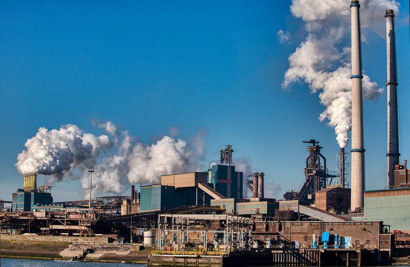 Hoogovens te IJmuiden met rokende schoorstenen. van Brian Morgan
