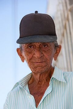 Homme signé avec une casquette