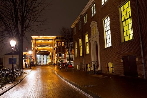 Amsterdam lichtjesbrug Amstel in de avond