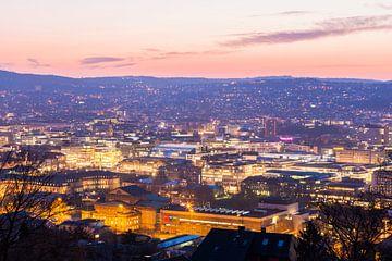 Stadscentrum met Schlossplatz in Stuttgart bij nacht van Werner Dieterich