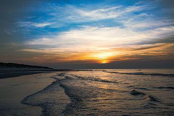 Coucher de soleil sur la plage de Vlieland en mer du Nord.