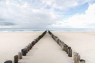 strand zeeland met paaltjes von Christiane Morrhey
