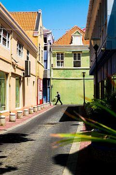 Straatbeeld van man op straat in Punda, Willemstad, Curacao van Paul van Putten