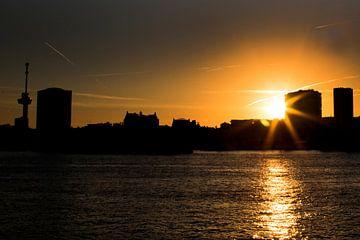 Zonsondergang skyline Rotterdam von Willem Vernes
