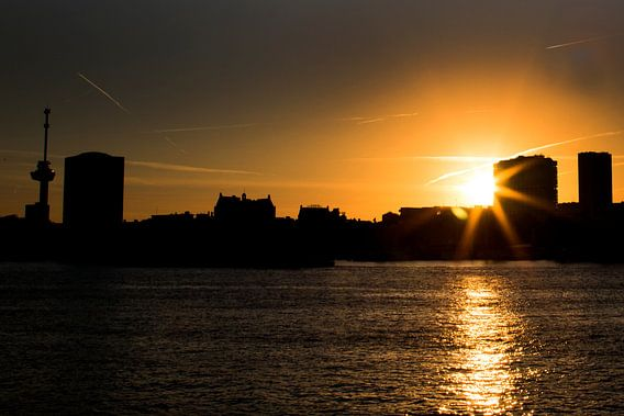 Zonsondergang skyline Rotterdam van Willem Vernes