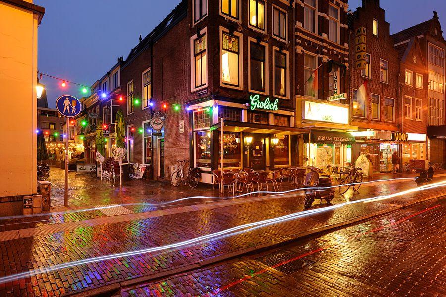 Hoek Korte Koestraat / Vredenburg in Utrecht met in het midden café Vredenburg van Donker Utrecht