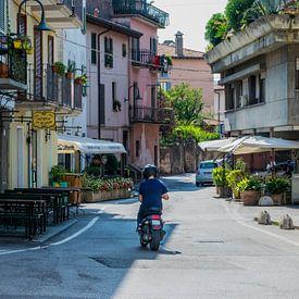 Une rue italienne authentique avec un scooter sur Patrick Verhoef