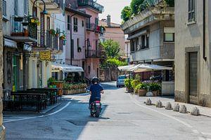 Authentiek Italiaans straatje met scooter van Patrick Verhoef
