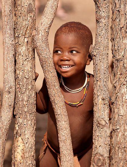 Himba meisje van Tom Kraaijenbrink