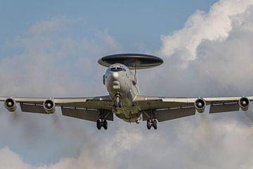 In de landing: een AWACS vliegend radarstation, de Boeing E-3 Sentry van Jaap van den Berg