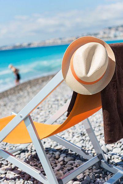 Strooien hoed op strandstoel op keienstrand in Frankrijk