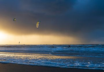 Kitesurfers bij zonsondergang van Anouschka Hendriks