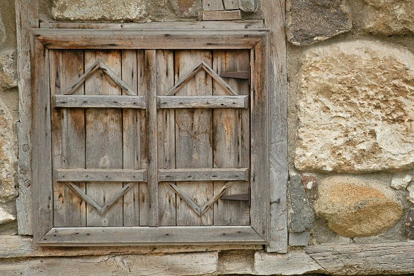 Old wooden shutters in a stone wall. von Michar Peppenster