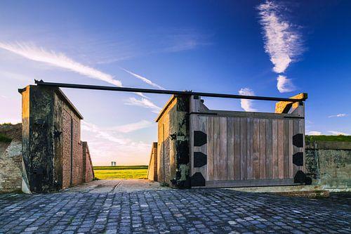 Uitzicht door een oude poort van vestingwerk Waterschans van Rick van Geel