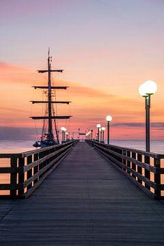 Zonsopgang bij de pier in het Baltische resort Binz van Stephan Schulz