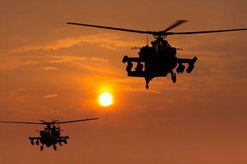 Apache helikopters vertrekken in zonsondergang van Jimmy van Drunen