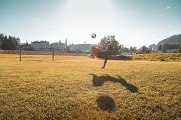Voetbal overhead kick in het avondlicht van Besa Art