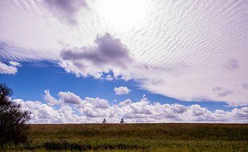 Radfahrer auf dem Deich mit einer Statuswolke über dem Deich. von Brian Morgan