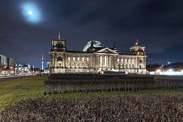 Reichstagsgebäude Berlin bei Nacht mit Mondlicht von Frank Herrmann