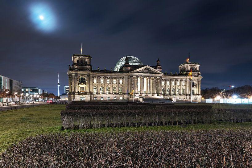 Le bâtiment du Reichstag à Berlin la nuit au clair de lune sur Frank Herrmann
