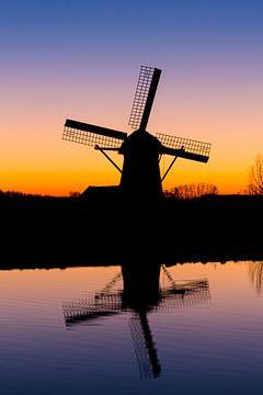 Zonsondergang - Molen in Silhouet van Marcel van den Bos
