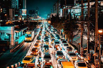 Avond in een bruisend Bangkok. van Bart van Lier