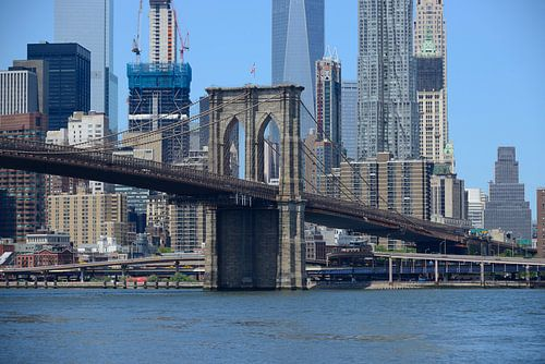 Brooklyn Bridge in New York met Manhattan skyline