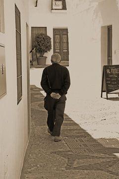 Spaanse oudere man in wit dorpje Frigiliana van Simone Meijer