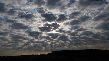 De zon en de wolken van